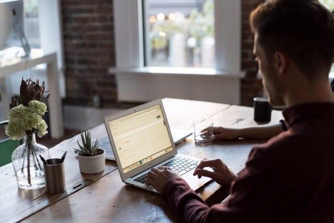 Pokud to vaše práce umožňuje, pracujte z domu. Nejen při nařízené karanténě.